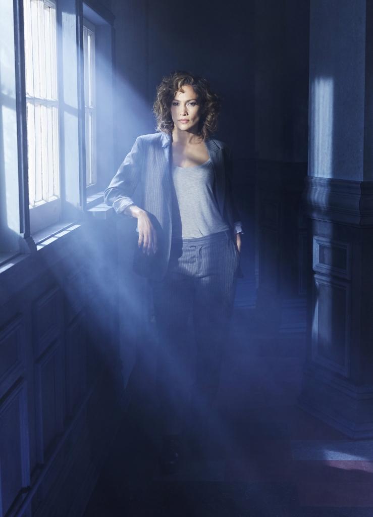 Harlee Santos (Jennifer Lopez) es una carismática madre soltera y una detective con recursos en el corazón de un unido equipo de policías de Brooklyn. Actriz, cantante, productora de cine y televisión, diseñadora de moda, escritora bestseller del New York Times, emprendedora y agente humanitaria, Jennifer Lopez ha creado una de las más exitosas y conocidas marcas de entretenimiento.